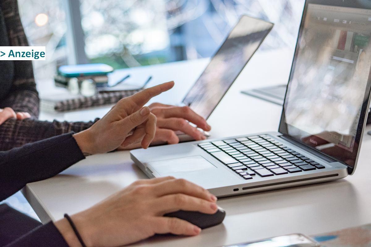 Menschen arbeiten am Laptop
