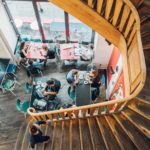 Menschen arbeiten im Cafe