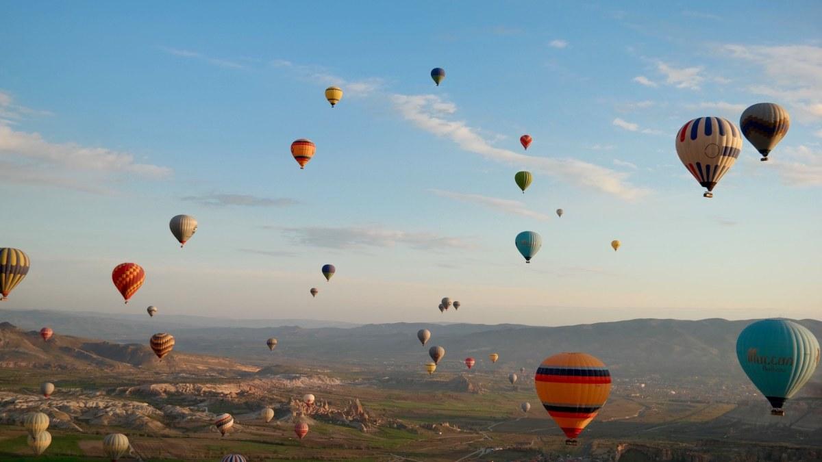 Foto Ballons über Landschaft